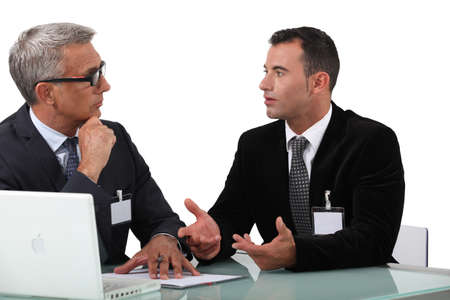 comunicacion no verbal: Los profesionales de negocios que tienen una discusión