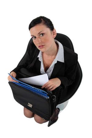 revisando documentos: Empresaria obtener los documentos de un malet?n Foto de archivo