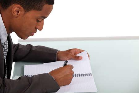 Zakenman het schrijven van een document