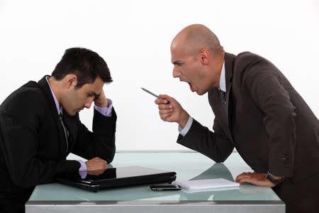 autoridad: Jefe gritando a los empleados