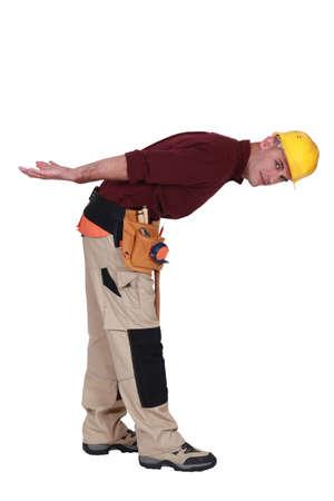 manoeuvre: Builder bending over