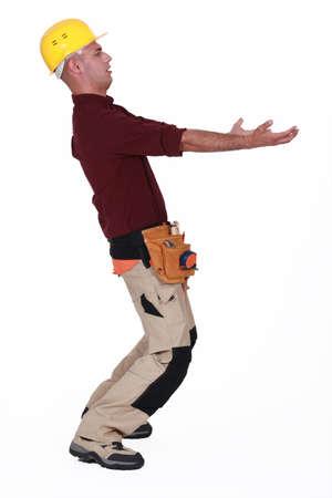 Trabajador de la construcci�n llevando algo pesado Foto de archivo - 20018340