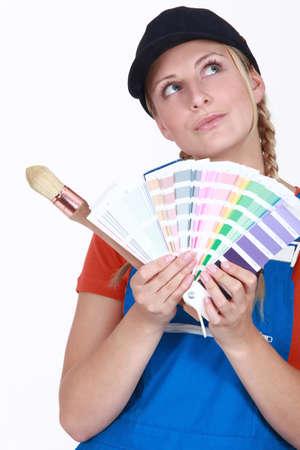 refurbishing: craftswoman pittore in possesso di un grafico a colori