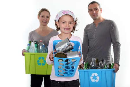 botellas vacias: Familia reciclaje
