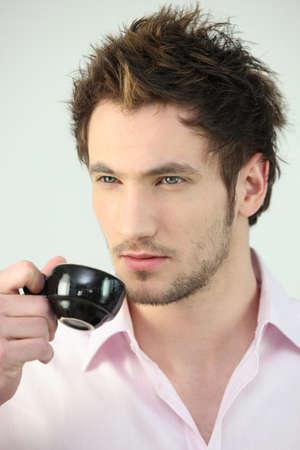 hombre tomando cafe: El hombre de tomar caf?