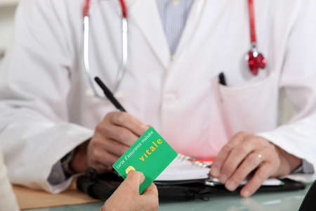 arzt gespr�ch: Patient zahlt f�r eine medizinische Beratung Lizenzfreie Bilder