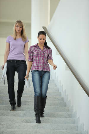 bajando escaleras: Mujeres bajar escaleras