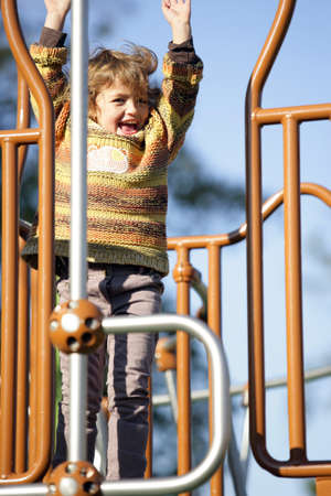climbing frame: Bambina che gioca su una cornice di arrampicata