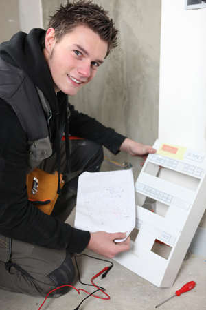 Elektricien met een zekeringkast