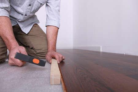 Man aanbrengen van een houten vloer Stockfoto