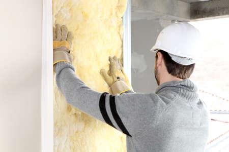 Handwerker isolierende eine Wand