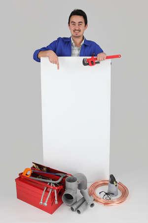 amateur: Hombre que señala en la tarjeta en blanco con la caja de herramientas