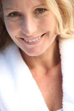 bathrobes: retrato de una mujer madura Foto de archivo