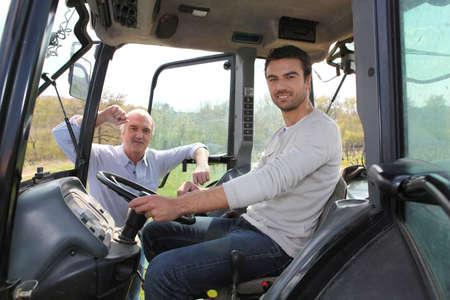 hombre conduciendo: Hombre de conducir el tractor