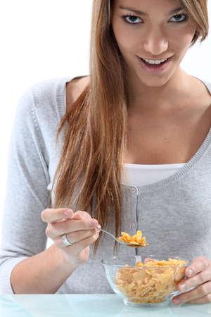 Joven mujer comiendo cereales photo