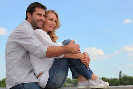 position d amour: Couple assis sur le trottoir