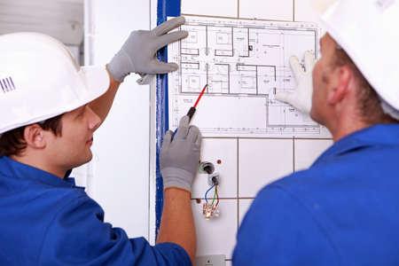 artesano: artesano mirando el plan de construcción