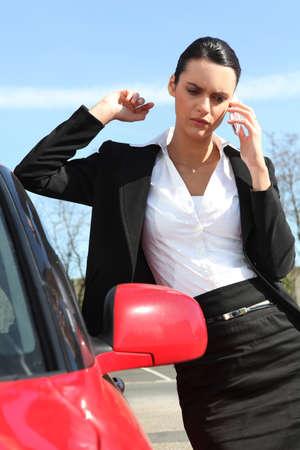 zakelijke vrouw die een oproep op de weg