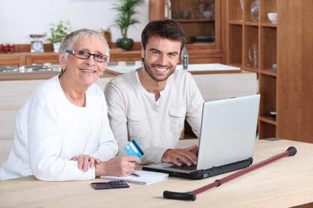 apoyo social: Ayudar a las personas mayores Foto de archivo