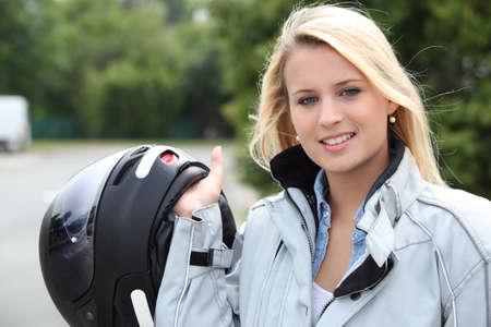 motorrad frau: Junge Frau mit Helm für Motorrad