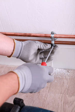 koperen leiding: Loodgieter installeren van koperen buis
