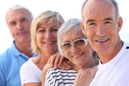 persone senior in una fila