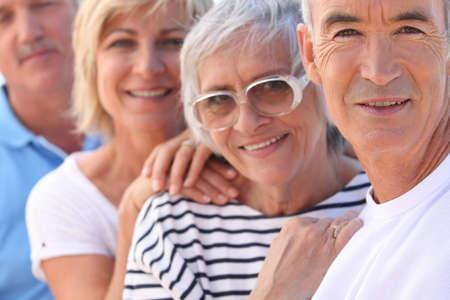grupo de personas: Primer plano de dos parejas de m�s edad en el sol Foto de archivo