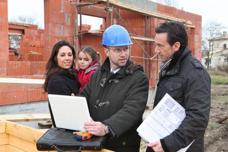 Gezin een bezoek aan de site van het nieuwe huis