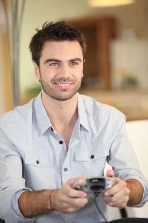 jugando videojuegos: Hombre jugando juegos de video