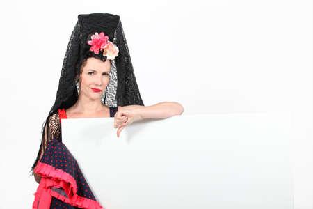 disapproving: Donna in un vestito spagnolo dando il pollice gi� ad una scheda lasciata in bianco per il testo