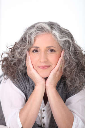 中間の老化させた女性の日の夢