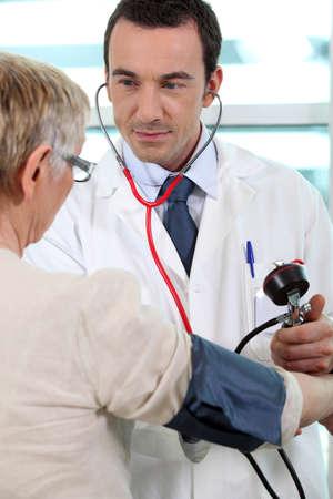 Un doctor que toma su paciente photo
