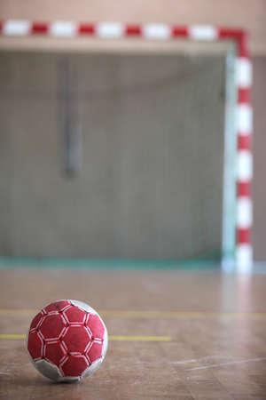 balonmano: Bola de cara al gol de interior Foto de archivo