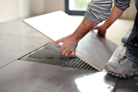 床のタイルを敷設男 写真素材