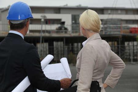 affaires et son assistant sur un chantier de construction