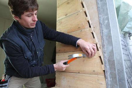 trussing: Man martellare chiodo