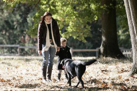 mujer con perro: Pasear al perro