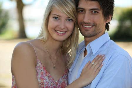 marido y mujer: pareja de pie afuera de la casa