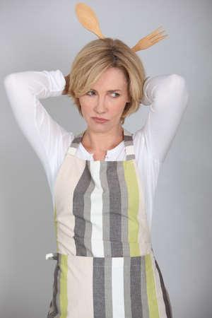 hair blond: Donna con cucchiai di legno dietro la testa