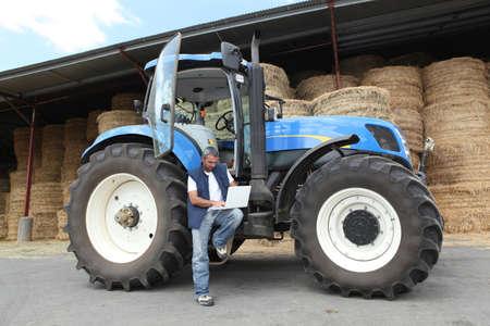 Boer met zijn tractor