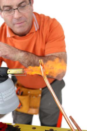 koperen leiding: Loodgieter vormgeven koperen buis