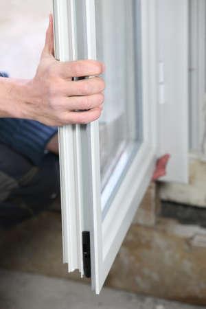 glasscheibe: Man Installation doppelt verglaste Fenster Lizenzfreie Bilder