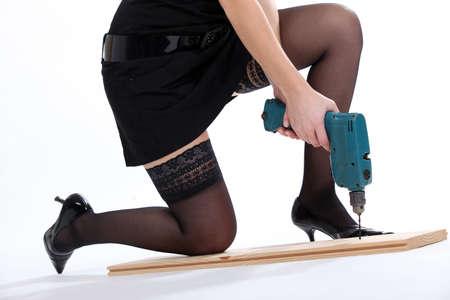 tacones negros: Una mujer sexy con un destornillador