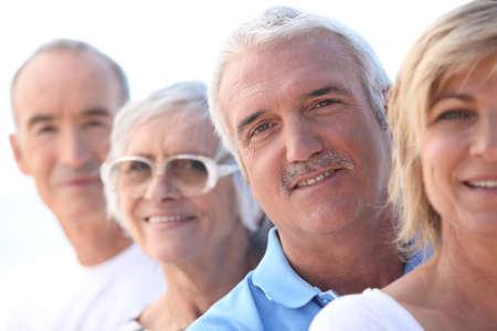 gl�ckliche menschen: Kopf und Schultern von einem reifen und ein �lteres Paar,