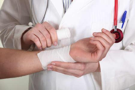 herida: Gasa doctor envolver alrededor de la mu�eca de un paciente