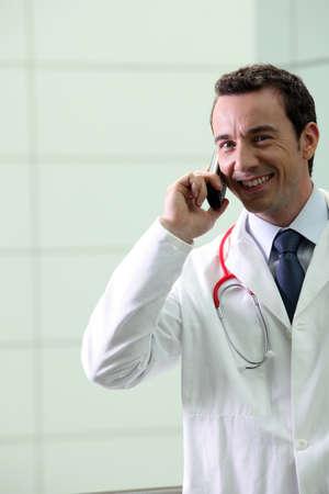 Médico de hospital que usted usa su teléfono photo