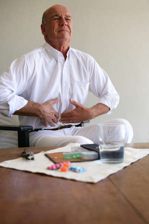convulsion: Hombre mayor con dolor de estómago