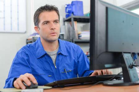 albañil: Constructor en su escritorio