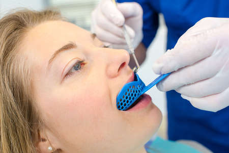 boca: Dentista usando un protector bucal en aa mujer