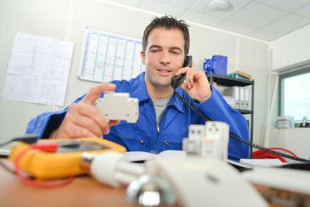 electricista: Electricista en la oficina